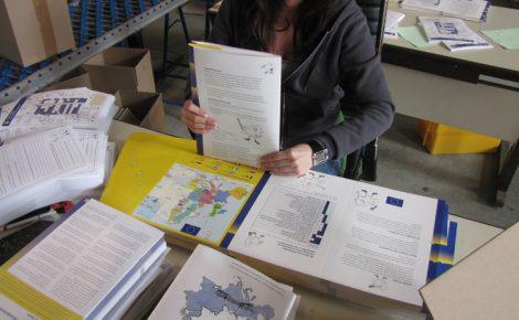 Handarbeit: Falzen und Zusammenstellen einer aufwendigen Mappe